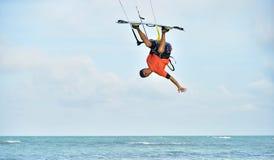 风筝冲浪 乐趣在海洋,极端体育 免版税图库摄影