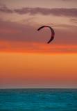 风筝在彩色印片天际和海的搭乘风帆 免版税库存照片