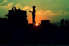 风筝在老Amdavad的飞行天Uttarayan 免版税库存照片