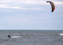 风筝板炫耀保持风筝的吸毒者 免版税图库摄影