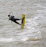 风筝海上的冲浪者特技 库存图片
