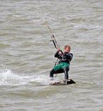 风筝海上的冲浪者特技 免版税库存图片