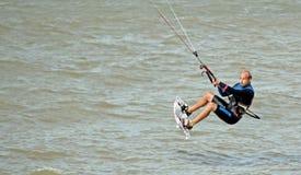 风筝海上的冲浪者特技 免版税库存照片