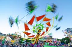 风筝飞行物是吸引力`让车手在悉尼奥林匹克公园体验`在乐趣悉尼复活节展示公园区域2013年 免版税图库摄影