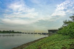 风筝` s在小游艇船坞堰坝的天空中 库存图片