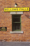风箱秋天沿绿色山铁路的火车站在风箱落, VT 库存图片