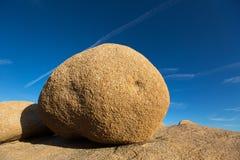 风腐蚀的圆的岩石 免版税库存照片