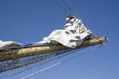 风船与收集的风帆的船首帆柱 免版税库存图片