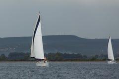 风船参加在希腊海岛群中的航行赛船会在爱琴海,基克拉泽斯和阿果Saronic海湾的 库存照片