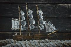 风船和停泊绳索 免版税库存图片