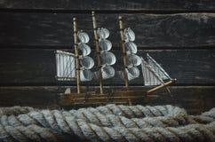 风船和停泊绳索 库存图片