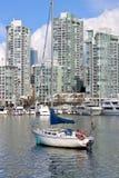 风船和城市港口 库存照片