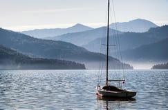 风船和山 免版税库存照片