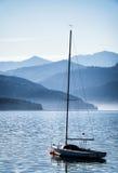 风船和山 免版税库存图片