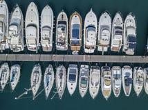风船和被停泊的小船鸟瞰图  小船在Vibo小游艇船坞,码头,码头口岸停泊了  免版税库存图片