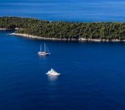 风船和yatch在Lokrum海岛旁边在杜布罗夫尼克Mediterrane 库存照片