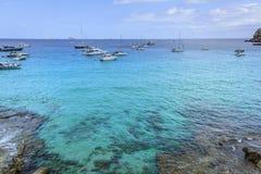 风船在伊维萨岛中地中海绿松石水域  图库摄影