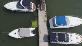 风船在口岸,很多美丽的游艇停泊了 在游艇和小船的顶视图在口岸停泊了 图库摄影