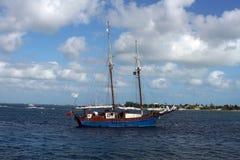 风船在大开曼的港口 免版税库存图片