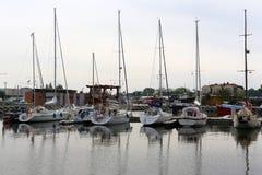 风船在小游艇船坞被停泊 免版税库存照片