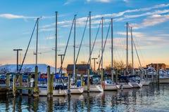 风船在日落的小游艇船坞,在安纳波利斯,马里兰 免版税库存图片