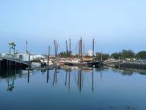 风船在日落的小游艇船坞 库存图片