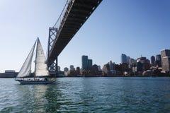 风船在旧金山湾桥梁下 库存照片