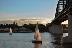 风船在桥梁下 库存图片
