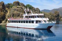 风船在海岸线附近的海,在土耳其附近,爱琴海的海岸的游艇 免版税库存照片