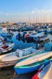 风船在里窝那港的小游艇船坞  免版税库存图片