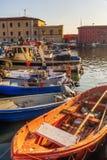 风船在里窝那,意大利港的小游艇船坞  免版税库存照片