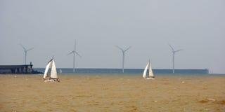 风船在风大浪急的海面 免版税库存照片