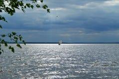 风船在风雨如磐的天空下 库存照片