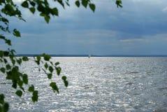 风船在风雨如磐的天空下 免版税库存照片