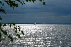 风船在风雨如磐的天空下 免版税图库摄影