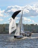 风船在水的竞争中 库存照片