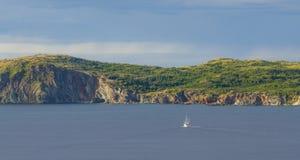 风船在Twillingate峭壁,海景,风景,纽芬兰,加拿大大西洋省份附近驾驶 图库摄影