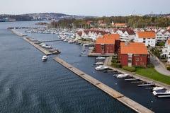 风船小游艇船坞和住房在斯塔万格,挪威 库存图片