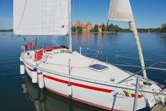 风船的外部被栓在有特拉凯城堡的Galve湖在背景在特拉凯,立陶宛 免版税库存图片