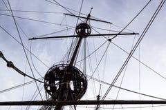 风船索具的细节 在传统风船的帆柱 大木船帆柱  免版税库存照片