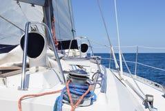 风船绞盘和绳索游艇细节关闭在游艇绞盘和绳索在蓝色的 图库摄影
