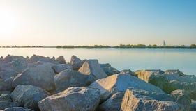 风船航行在沿堤堰的一个湖在秋天的日落 免版税库存图片