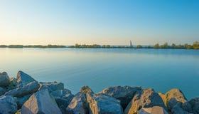 风船航行在沿堤堰的一个湖在秋天的日落 库存照片