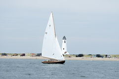 风船航行过去伟大的点灯塔在南塔克特 库存照片