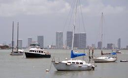 风船被停泊在日落港口 免版税库存照片
