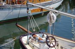 风船轮子和舵 免版税图库摄影