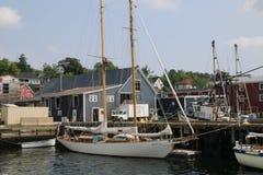 风船靠码头,帆柱被存放  免版税库存照片