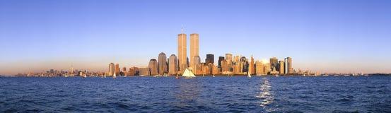 风船,更低的曼哈顿和纽约地平线,与世界贸易的NY全景在哈得逊河的耸立在日落 免版税库存照片