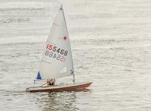风船, sailling在水,黎明,日落,关闭的游艇 免版税库存图片