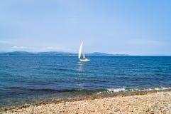 风船-有白色风帆的游艇 免版税库存照片